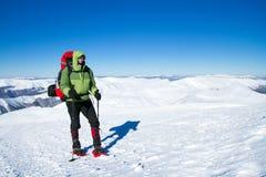 Зима в горах на snowshoes с рюкзаком и шатром Стоковая Фотография