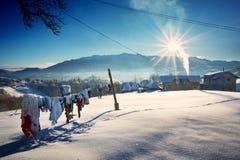 Зима в деревне Pestera, национальном парке Piatra Craiului, Brasov, Румынии стоковое фото rf
