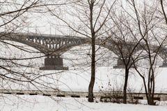 зима 2010 в январе России городского пейзажа moscow -го Мост через Реку Волга между городами Саратова и Энгельсом, Россией Стоковая Фотография