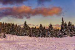 зима гор ландшафта Болгарии bansko заволакивает драматический заход солнца Стоковые Фото