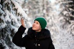 зима девушки пущи Стоковое Изображение RF