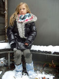 зима девушки стенда сидя Стоковые Изображения RF