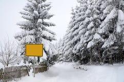 зима дорожного знака ландшафта Стоковые Изображения RF
