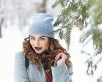 Зима девушки битника мило стоковые фотографии rf