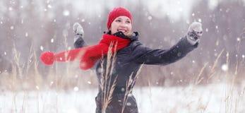зима девушки пущи счастливая Стоковое Изображение RF