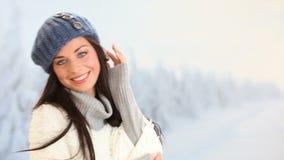 зима девушки счастливая видеоматериал