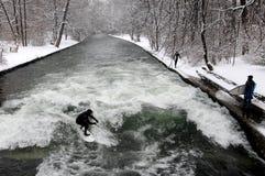 Зима занимаясь серфингом в Мюнхене Стоковые Фотографии RF