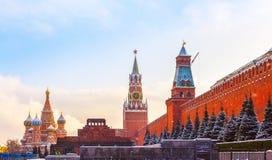 Зима захода солнца красной площади мавзолея башни Spasskaya стены Кремля Стоковое Изображение RF