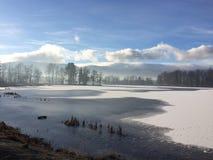 Зима и горный вид озера Стоковые Изображения