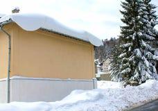 Зима и ель дома снежная, Стоковые Фотографии RF