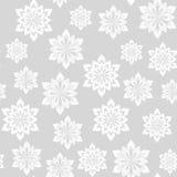 зима картины безшовная Снежинки на серой предпосылке Стоковые Изображения RF