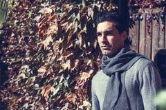Зима красивого человека нося одевает в деревянной предпосылке стоковое фото rf