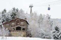Зима, ландшафт города - подъем деревьев, дома и лыжи после снежностей Ла Massana, княжества Андорры, восточных Пиренеи стоковое изображение