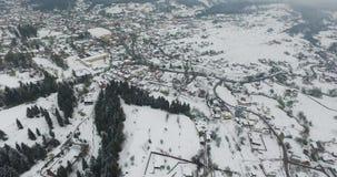 Зима Летать над деревней в холмах долины сток-видео
