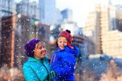 Зима матери и сына в городе Стоковая Фотография