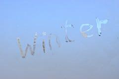 зима написанная на морозном окне зимы стоковое фото rf