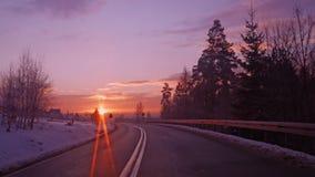 Зима дороги зимы замерли восходом солнца, который стоковые фото