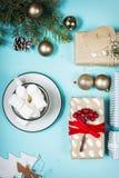 зима питья горячая Шоколад или какао рождества горячий с зефиром на голубой предпосылке с украшениями рождества Стоковые Фото