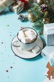 зима питья горячая Шоколад или какао рождества горячий с зефиром на голубой предпосылке с украшениями рождества Стоковое Изображение RF