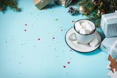 зима питья горячая Шоколад или какао рождества горячий с зефиром на голубой предпосылке с украшениями рождества скопируйте космос Стоковые Изображения