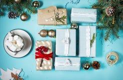 зима питья горячая Шоколад или какао рождества горячий с зефиром на голубой предпосылке с украшениями рождества Стоковая Фотография RF