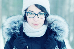Зима портрета девушки снаружи Стоковое Фото
