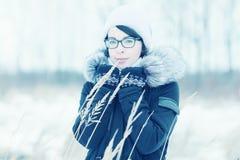 Зима портрета девушки снаружи Стоковые Фотографии RF