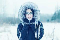 Зима портрета девушки снаружи Стоковые Изображения RF