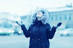 Зима портрета девушки снаружи Стоковые Фото