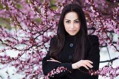 Зима, портрет весны молодой красивой женщины брюнет при длинные волосы нося теплое пальто Стоковая Фотография