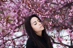 Зима, портрет весны молодой красивой женщины брюнет при длинные волосы нося теплое пальто Стоковые Изображения