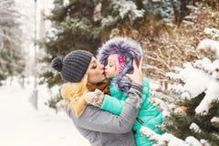 Зима поцелуя матери и дочери Стоковые Фотографии RF