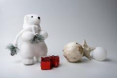 Зима полярного медведя, украшения рождества на белой предпосылке Стоковые Фото