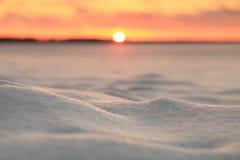 зима предпосылки яркая Снег на blured фоне захода солнца Стоковое Фото