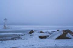 Зима приходит замороженное море Ничего побило утесы Стоковые Фотографии RF