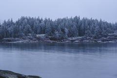 Зима приходит замороженное море Ничего побило утесы Стоковые Изображения RF