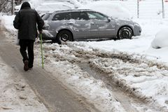 Зима Прогулка людей на очень снежные дороги Шаг людей на снег-рассеянную тропу Ледистый тротуар Лед на тротуарах Стоковые Фото