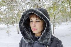 зима прогулки сынка мумии зеленой куртки отца пальто голубой крышки берета красная идя снег Стоковые Фотографии RF