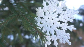Зима, рождество, елевые ветви под снегом, рождество формирует на ветвях спруса HD Стоковая Фотография RF