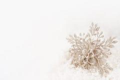 Зима, рождество, орнамент снежинки Нового Года в снеге Стоковые Фотографии RF