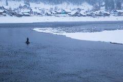 Зима Рыболовы в шлюпке Стоковые Изображения RF