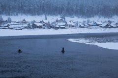 Зима Рыболовы в шлюпке Стоковое Изображение