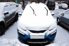 Зима Сильный снегопад в городе Автомобили тяжело snowbound Голубые счищатели автомобиля SUV вставляют вне из-под снега стоковые фотографии rf