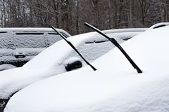 Зима Сильный снегопад в городе Автомобили тяжело snowbound Счищатели автомобиля вставляют вне из-под снега стоковые изображения rf