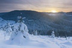 зима сказа снежка красивейшей пущи красная s коттеджа финской Стоковая Фотография