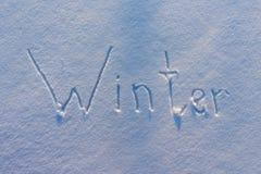 Зима слова написанная на снеге стоковые изображения rf