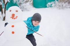 зима снеговика праздника мальчика Стоковая Фотография