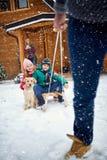 Зима, снег, семья sledding на зимнем времени Стоковая Фотография RF