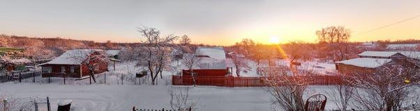 зима снежностей irkutsk России обваловки рассвета Сельский ландшафт в захолустной части центральной России Взгляд от неба выше Стоковые Изображения