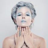 зима солнца девушки дня ребенка ся Красивая модельная женщина с серебряными ювелирными изделиями и снегом Стоковые Фото